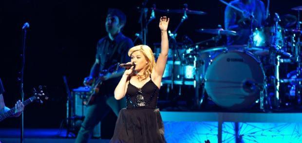 Kelly Clarkson :: Photo courtesy of Tony Bailey Photography